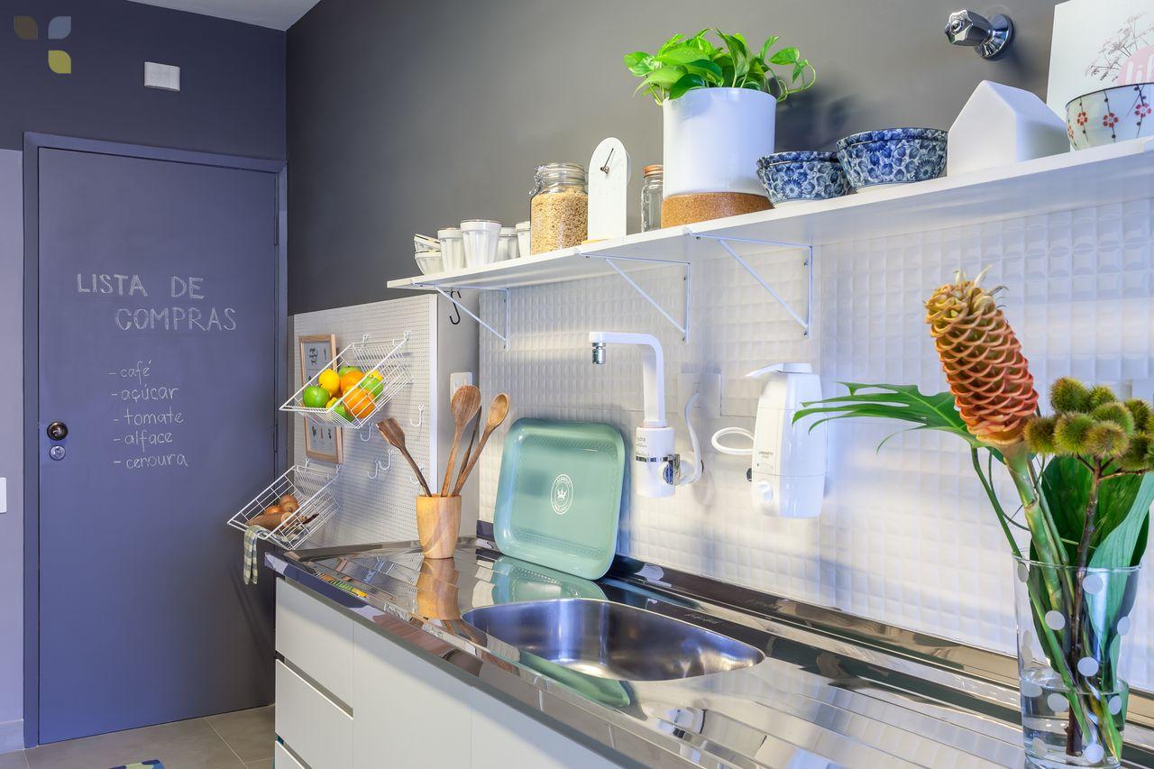 Decoração de cozinhas pequenas - ganchos e prateleiras
